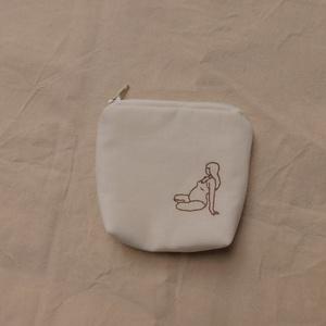 Egyedi mini kismamás neszesszer, Táska & Tok, Neszesszer, Hímzés, Varrás, Kézzel hímzett kismama alakos neszesszer, pénztárca, tároló. \nBelsejében pamut és vatelin bélés, tet..., Meska