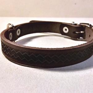 Kisállat nyakörv - kötél, Állatfelszerelések, Lakberendezés, Otthon & lakás, Kutyafelszerelés, Bőrművesség, Gravírozás, pirográfia, Bőr nyakörv lézergravírozott mintával.\n\nSzélessége: 1,9 cm\nNyakkörméret: 28,5 - 38,5 cm (első és uto..., Meska