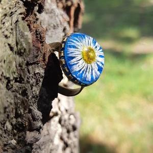 Százszorszép gyűrű, Ékszer, Gyűrű, Ékszerkészítés, A gyűrű tetejébe százszorszép virágot tettem, mert ez a kisvirág a szürke hétköznapokat is feldobja...., Meska