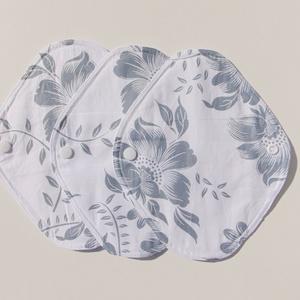 Tisztasági betét- szürke virág mintás ( 3 db/ cs )/ mosható textil betét, NoWaste, Textilek, Menstruációs bugyi, Varrás, Patenttal záródó tisztasági betét, egy vékony nedvszívó réteggel.\nEz a tisztasági betét a vérzések k..., Meska