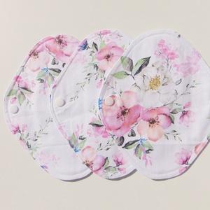 Tisztasági betét-  rózsaszín virág mintás ( 3 db/ cs )/ mosható textil betét, NoWaste, Textilek, Menstruációs bugyi, Varrás, Patenttal záródó tisztasági betét, egy vékony nedvszívó réteggel.\nEz a tisztasági betét a vérzések k..., Meska