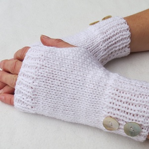 Aranos- kötött kézmelegítő.S-M méretű.  Puha, meleg és elegáns, rövid kötött kézmelegítő/ ujjatlan kesztyű, Kesztyű, Sál, Sapka, Kendő, Ruha & Divat, Kötés, Fehér színű  puha, meleg kötött kézmelegítő, gomb díszítéssel. \n\nJó szolgálatot tehet egész télen és..., Meska
