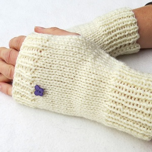 Berseba- kötött kézmelegítő.S-M méretű.  Puha, meleg és elegáns, rövid kötött kézmelegítő/ ujjatlan kesztyű, Kesztyű, Sál, Sapka, Kendő, Ruha & Divat, Kötés, Tört fehér színű  puha, meleg kötött kézmelegítő, gomb díszítéssel. \n\nJó szolgálatot tehet egész tél..., Meska