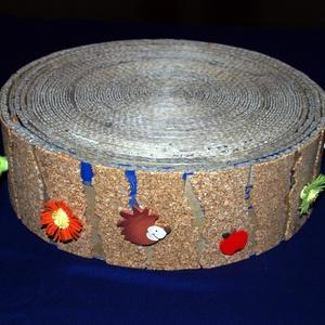 """Macska kaparófa kartonból, Állatfelszerelések, Lakberendezés, Otthon & lakás, Macska kellékek, Mindenmás, Újrahasznosított alapanyagból készült termékek,  Praktikus \""""kaparókorong\"""" karomápolásra,.\nErős kartonpapírból készítettem, széleit parafával és text..., Meska"""