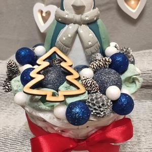Pingvin karácsonyi asztaldísz, Karácsony & Mikulás, Karácsonyi dekoráció, Mindenmás, Kész termékként eladó ez az aranyos asztaldísz Karácsonyra.\nA dísz magassága: 26 cm, szélessége 16 c..., Meska