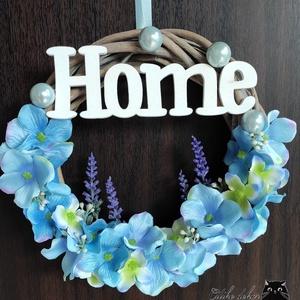 Nyugtató kékség - ajtódísz - kopogtató, Otthon & Lakás, Dekoráció, Ajtódísz & Kopogtató, Mindenmás, Kék hortenzia szirmok és piciny levendulák díszítik a fehér fa HOME feliratos, pasztell kék díszítő ..., Meska