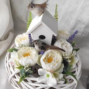 Édes fészek - asztaldísz, Otthon & Lakás, Dekoráció, Asztaldísz, Mindenmás, 20 cm átmérőjű fehér vessző fészekben lakik ez az édes madárpár kis házikóval, gyönyörű virágokkal...., Meska