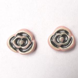 Rózsás bedugós kerámia fülbevaló, Pötty fülbevaló, Fülbevaló, Ékszer, Kerámia, Ékszerkészítés, Fehér agyagból rózsás bedugós fülbevalót készítettem.\nRózsaszín és ezüst találkozása egy rózsában, a..., Meska