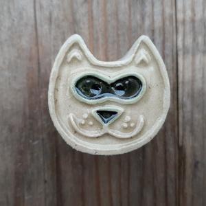 BÚTORGOMB macska, Otthon & Lakás, Bútor, Bútorfogantyú, Kerámia, Fehér agyagból készültek ezek a vidám macskás bútorgombok. Jelenleg 5 darab van készleten, de vásárl..., Meska