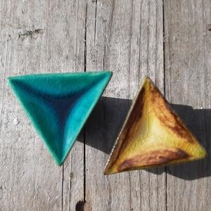 BÚTORGOMB háromszög, Otthon & Lakás, Bútor, Bútorfogantyú, Kerámia, Fehér agyagmasszából készültek ezek a szuper háromszög kerámia bútorgombok. \nJelenleg 6 darab van. \n..., Meska