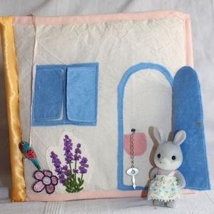 Textil babaház, textilkönyv, quiet book, Gyerek & játék, Gyerekszoba, Játék, Baba, babaház, Varrás, Újrahasznosított alapanyagból készült termékek, 21 x 21 cm-es babaház textilkönyv, saját tervek alapján. Figyelem: a nyuszi nem tartozik a könyvhöz!..., Meska