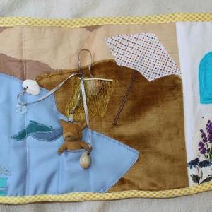 Textil babaház tengerparttal, quiet book, Gyerek & játék, Játék, Plüssállat, rongyjáték, Készségfejlesztő játék, Baba, babaház, Varrás, Újrahasznosított alapanyagból készült termékek, Kb. 23,5 x 65 cm-es, kihajtható, kétoldalas babaház textilkönyv, saját tervek alapján. A babaház lak..., Meska