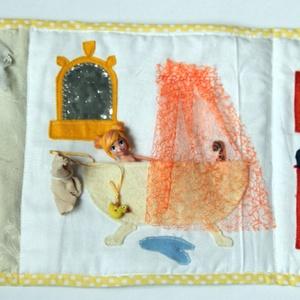 Textil babaház vízparttal, csendeskönyv, Játék & Gyerek, Textilkönyv & Babakönyv, Varrás, Újrahasznosított alapanyagból készült termékek, Kb. 23 x 66 cm-es, kihajtható, kétoldalas babaház textilkönyv, saját tervek alapján. A babaház lakój..., Meska