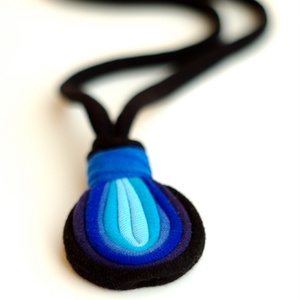 LOOG - medálos textilnyaklánc, fekete/kék (cirrhopp) - Meska.hu