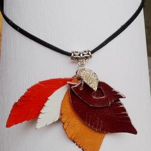 Őszi levelek bőrnyaklánc, Ékszer, Nyaklánc, Medálos nyaklánc, Bőrművesség, Különböző színű, valódi bőrökből készített és összeállított, rendkívül mutatós nyaklánc,\negy kis ezü..., Meska