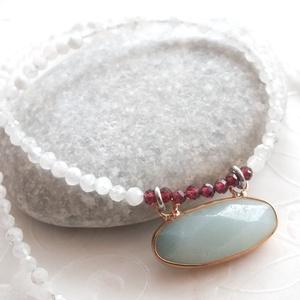 Holdkő - gránát acél nyaklánc amazonit medállal , Ékszer, Nyaklánc, Gyöngyös nyaklác, Ékszerkészítés, Gyönyörű 3,5 mm-es fazettált szivárvány holdkő és 3 mm-es fazettált gránát ásványgyöngyökből fűzött ..., Meska