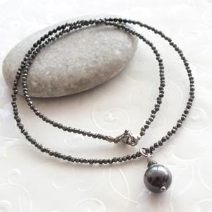 Minidesign... pirit - spinell acél nyaklánc shell pearl medállal, Ékszer, Nyaklánc, Ici - pici fazettált csillogó 2 mm-es ( mákszemnyi ) pirit és spinell ásványgyöngyökből fűzött nyakl..., Meska