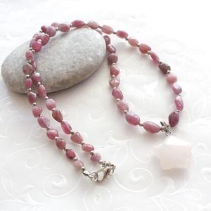 Rózsaszín turmalin nyaklánc rózsakvarc medállal, Ékszer, Nyaklánc, Rózsaszín turmalin nugettekből, és ezüst színű köztes golyókból készült nyaklánc, rózsakvarc csillag..., Meska