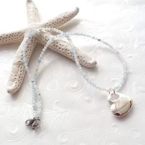 Minidesign... berill acél nyaklánc ezüstözött medállal, Medálos nyaklánc, Nyaklánc, Ékszer, Ékszerkészítés, 3 mm-es fazettált berill drágakő gyöngyökből fűzött rövid nyaklánc nemesacél szerelékkel, és egy sár..., Meska