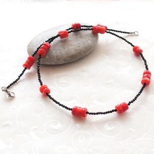 Vörös és fekete... spinell - korall acél nyaklánc, Ékszer, Nyaklánc, Gyöngyös nyaklác, Ékszerkészítés, Apró 2 mm-es fazettált, csillogó spinell gyöngyökből, és kis 6 * 3 - 4 mm-es vörös korall korongokbó..., Meska
