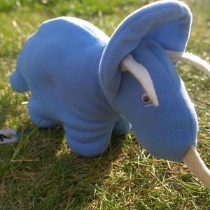 Babakék triceratopsz, Játék, Gyerek & játék, Plüssállat, rongyjáték, Baba-és bábkészítés, Varrás, Puha, plüsshatású kék játék dinoszaurusz, fehér szarvakkal, ragasztott mozgószemekkel. Apró szemei m..., Meska