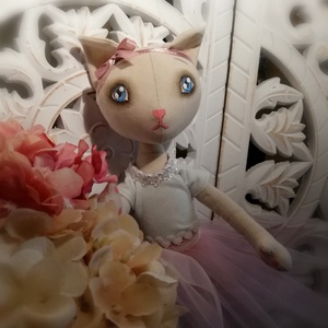 Öltöztethető Cicababa, Játék & Gyerek, Plüssállat & Játékfigura, Cica, Baba-és bábkészítés, Bájos kis Cicababa  Textilből.\nPofija kézzel festett, bájos megjelenését a kiegészítő ruha darabokka..., Meska