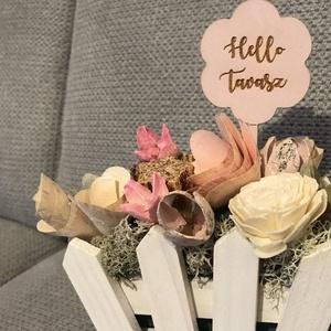 Rózsaszín asztali disz fehér kosákában, Otthon & Lakás, Dekoráció, Asztaldísz, Mindenmás, Hello tavasz feliratos, 7,5cm magas, fehér kosár alapban, rózsaszín asztali dísz!! Személyes atvétel..., Meska