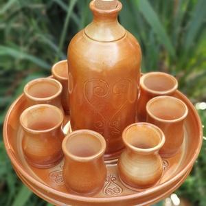Pálinkás készlet 8 poharas effekt barna mázzal, Otthon & lakás, Lakberendezés, Kaspó, virágtartó, váza, korsó, cserép, Kerámia, Korongozással készített pálinkás készlet egy tálat, egy butykost, és 8db poharat tartalmaz. Űrtartal..., Meska