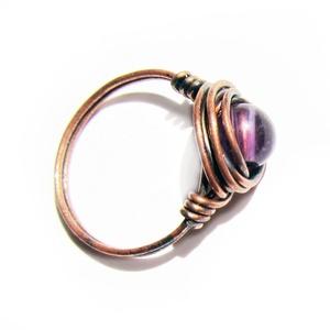 Ametiszt antikolt, vörösréz gyűrű, Szoliter gyűrű, Gyűrű, Ékszer, Ékszerkészítés, Átlagos ujjméretre készült. Az ametiszt átmérője 4 mm. Vörös rézből hajlitottam, antikoltam...., Meska
