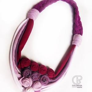 Bazsarózsák. Textil nyaklánc, fonott, rózsa, virág, lila, bordó, bíbor - ékszer - nyaklánc - párhuzamos nyaklánc - Meska.hu