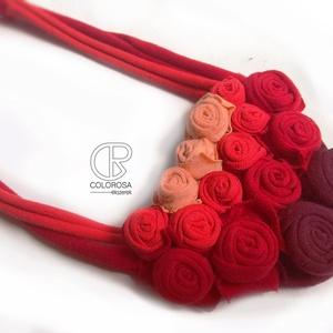 Rózsák. Textil nyaklánc. Bordó, piros, narancs sárga, virágok, nyár, június, ombre, Nyakpánt, gallér, Nyaklánc, Ékszer, Ékszerkészítés, Újrahasznosított alapanyagból készült termékek, Színátmenetesen illesztettem össze a rózsákat, és játszottam a virágok nagyságával is.\nPóló anyagból..., Meska