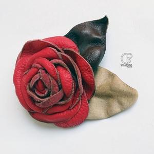 Tavalyi történet. Bőrből készült rózsa levéllel. Bross, kitűző, piros, barna, beige, Ékszer, Kitűző és Bross, Kitűző, Bőrművesség, Ékszerkészítés, Ez egy közepes átmérőjű bross, a levelet is beleszámítva kb. 10 cm, ebből a rózsa 7 cm.\nJól ki tudod..., Meska