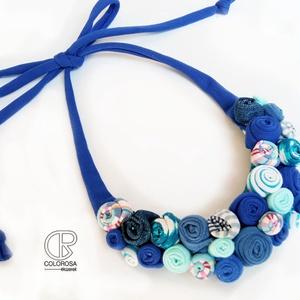 Kék virágok. Textil nyaklánc. Rózsa, csíkos, Ékszer, Nyaklánc, Bogyós nyaklánc, Ékszerkészítés, Újrahasznosított alapanyagból készült termékek, Többen jelezték, hogy nem szeretik a feltűnő darabokat, így most egy szolidabbat készítettem. Színei..., Meska