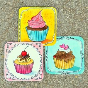 Cupcake - hűtőmágnes készlet 3 db-os, Konyhafelszerelés, Otthon & lakás, Hűtőmágnes, Dekoráció, Lakberendezés, Fotó, grafika, rajz, illusztráció, Mindenmás, A sütik ezennel hozzám is betették a lábukat.\n3 különböző cupcake szerepel ebben a készletben.\nVidd ..., Meska