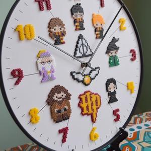 nagy, hangtalan Harry Potter falióra (30 cm), Otthon & Lakás, Dekoráció, Falióra & óra, Egy egyedülálló TELJESEN HANGTALAN falióra olvasztott gyöngy figurák felhasználásával.   Büszke vagy..., Meska