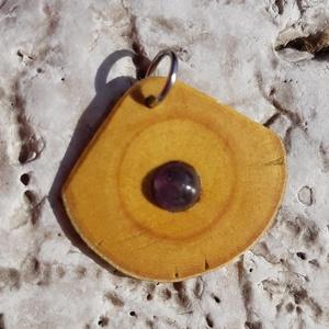 Fa medál ásványgyönggyel, Medál, Nyaklánc, Ékszer, Ékszerkészítés, Famegmunkálás, Fügefa medál ametiszt gyönggyel. Akasztója ezüst színű.\nMagassága: 2,8 cm\nSzélessége: 3 cm, Meska