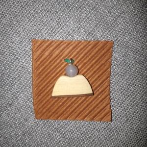 Angyalka medál fából, Ékszer, Nyaklánc, Medál, Ékszerkészítés, Famegmunkálás, Körtefából készült angyalszárny, ásványgyöngy (indiai achát) fejecskével. A fa rész alját vékony fak..., Meska
