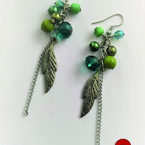 Zöld leveles fülbevaló, Ékszer, Fülbevaló, Lógós fülbevaló, Zöld színű tekla és üveggyöngyökből készült ez a vagány fülbevaló, fém levéllel, ezüst színű lánccal..., Meska