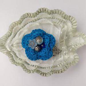 Horgolt virágos kitűző, Ékszer, Kitűző & Bross, Kitűző, A tavaszi kabát éke lehet ez a horgolt virág kék színben, amelyet gyöngyök tesznek vidámabbá. Filc a..., Meska