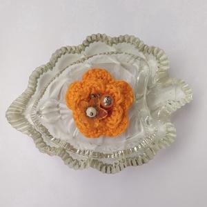 Horgolt virágos kitűző, Ékszer, Kitűző & Bross, Kitűző, A tavaszi kabát éke lehet ez a horgolt virág narancssárga színben, amelyet gyöngyök tesznek vidámabb..., Meska