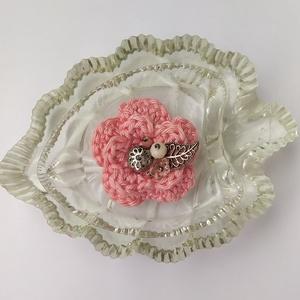 Horgolt virágos kitűző, Ékszer, Kitűző & Bross, Kitűző, A tavaszi kabát éke lehet ez a horgolt virág rózsaszín színben, amelyet gyöngyök és egy filigrán fém..., Meska