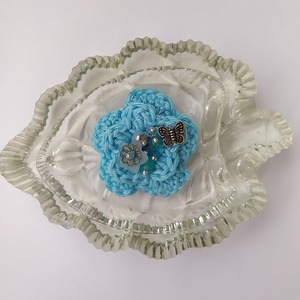 Horgolt virágos kitűző, Ékszer, Kitűző és Bross, Kitűző, A tavaszi kabát éke lehet ez a horgolt virág kék színben, amelyet gyöngyök és egy pillangó tesznek v..., Meska