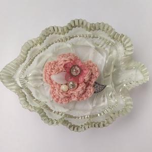 Horgolt virágos kitűző, Ékszer, Kitűző & Bross, Kitűző, A tavaszi kabát éke lehet ez a horgolt virág rózsaszín  színben, amelyet gyöngyök tesznek vidámabbá...., Meska