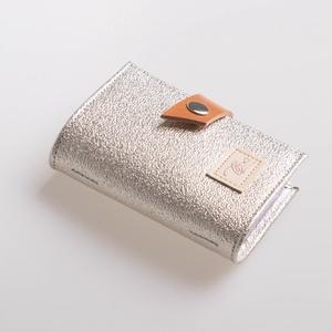 Rough silver - bankkártya tartó, Táska, Divat & Szépség, Táska, Pénztárca, tok, tárca, Pénztárca, Erszény, Bőrművesség, Varrás, Design: \n\nStílusos, csajos bankkártya tartót készítettem vastag marhabőrből. 12 részes műanyag kárty..., Meska