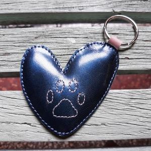 Paw in love - kulcstartó, Táska & Tok, Kulcstartó & Táskadísz, Kulcstartó, Varrás, Kutyus imadó hölgyeknek remek ajándék lehet bármilyen alkalomra. \nanyaga: valódi bőr\nmérete: kb 10x1..., Meska