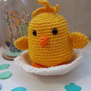 Csibe tojáshéjon, Otthon & Lakás, Dekoráció, Horgolás, Aranyos kiscsibe tojáshéjon, húsvéti dekorációnak, kisgyermeknek ajándékba.  Magassága 7cm., Meska