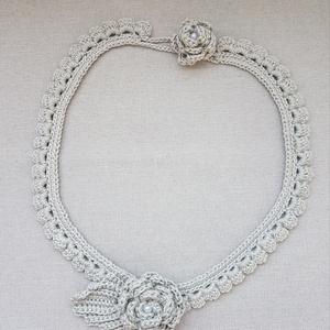 Horgolt nyakék rózsa dísszel, Ékszer, Nyaklánc, Horgolás, Horgolt nyakék rózsa dísszel, hosszúsága 55 cm, a dísz átmérője 5 cm. A rózsák közepe gyönggyel dísz..., Meska