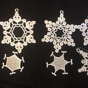 Csipke képkeret, fenyődísz 3db/csomag, Otthon & lakás, Dekoráció, Ünnepi dekoráció, Karácsony, Karácsonyi dekoráció, Csipkekészítés, Hímzés, A csipkéimhez egy speciális-zselatin lapra emlékeztető- anyagot használok. Rámába feszítem, csipkéze..., Meska
