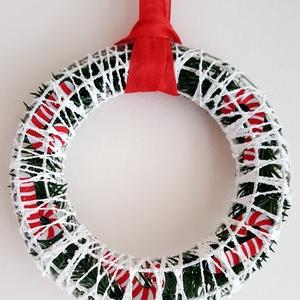 Karácsonyi ajtódísz, Dekoráció, Ünnepi dekoráció, Karácsonyi, adventi apróságok, Karácsonyi dekoráció, Mindenmás, Fehér, picit csillámos koszorú piros szalag akasztóval. Különlegessége, hogy a dísz nem a koszorún,..., Meska