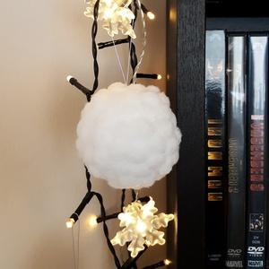 Karácsonyfadísz, Dekoráció, Ünnepi dekoráció, Karácsonyi, adventi apróságok, Karácsonyfadísz, Mindenmás, ....mint egy igazi hógolyó!  Fehér pomponokból készült karácsyonfadísz, vékony ezüst akasztóval.  Á..., Meska